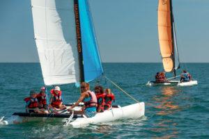 jeunes enfants avec moniteurs sur un catamaran à loctudy