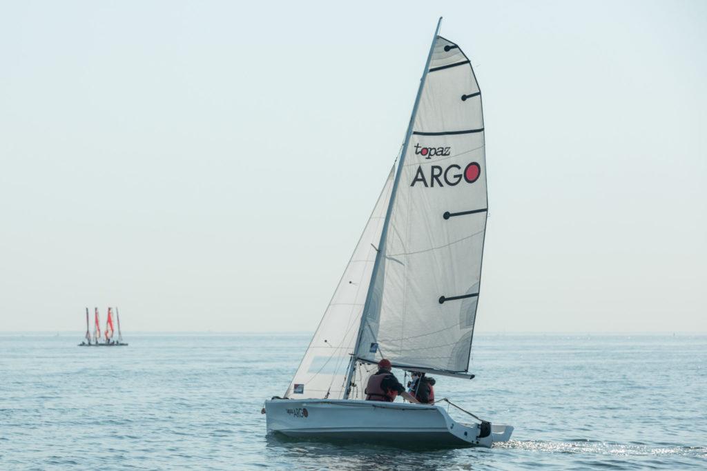 voilier monocoque topaz argo à loctudy sur une mer calme par beau temps