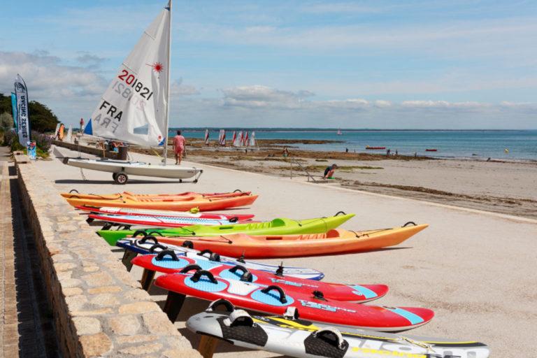 Plage de Langoz avec kayaks et paddle du cercle nautique de loctudy